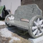 石でできたベンチは風雨に強く、お手入れも簡単なのでお庭のベンチにぴったりです。