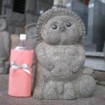 こちらは豊島石でできたタヌキです。石の風合いに、とても味があります。
