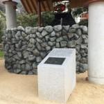 井戸の手前にある記念碑を制作・施工致しました。