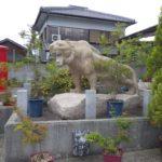 黄色い御影石に彫刻された虎です。